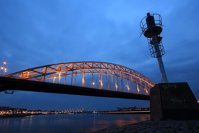 Brug over de waal - Studentchauffeur Nijmegen