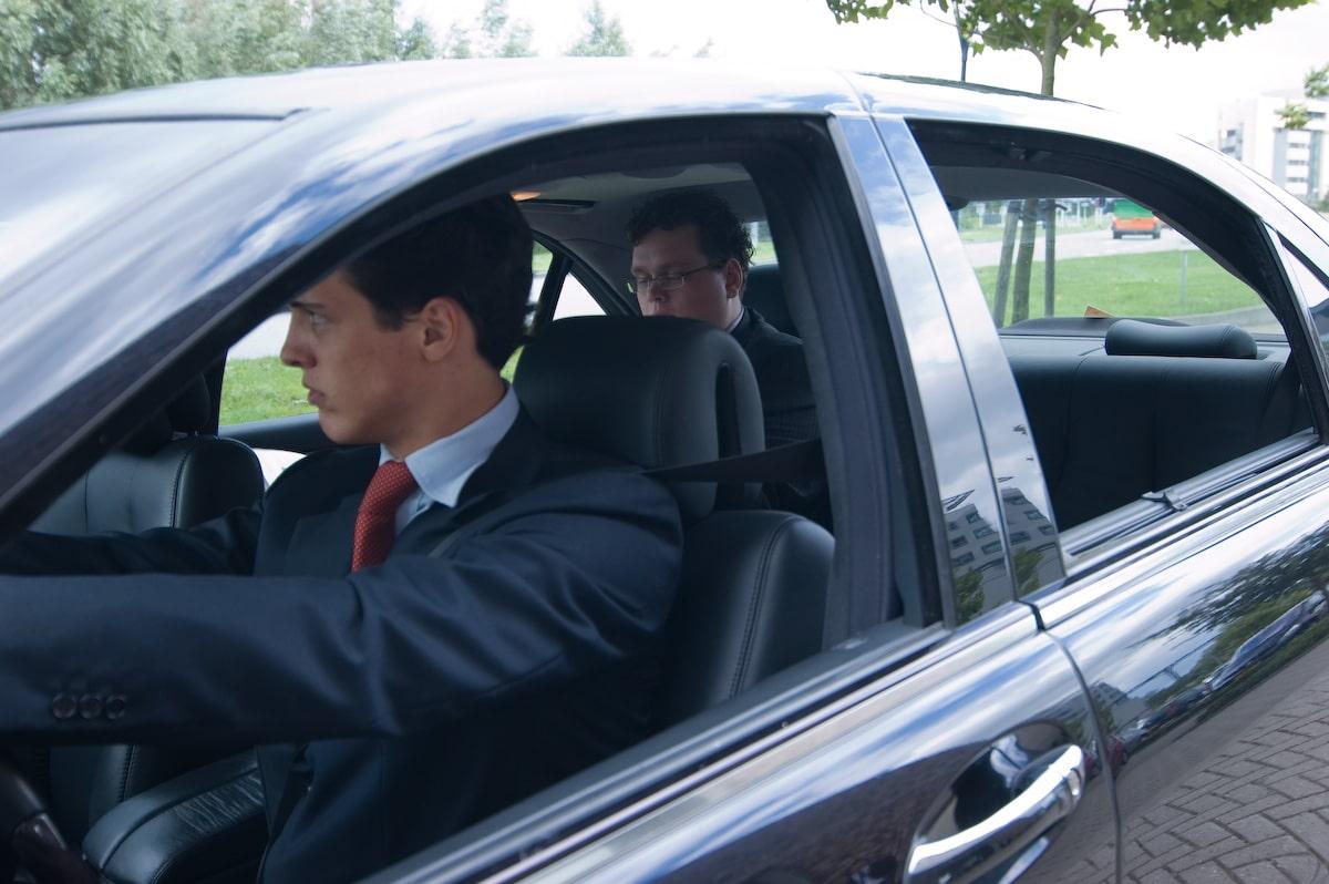 Privechauffeur met klant in de auto