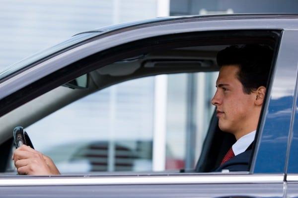 Studentchauffeur in auto